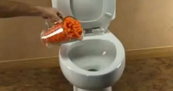 เมื่อชายคนนี้ได้เทแครอท ลงในชักโครก เพื่อพิสูจน์พลังอะไรบางอย่างที่น่าเหลือเชื่อ