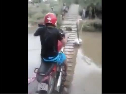 ขับมอเตอร์ไซค์ ข้ามสะพานแบบนี้จะรอดหรือเปล่า