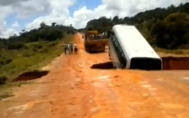 วินาทีระทึก! รถบัสตกหลุมน้ำยักษ์ที่บราซิล