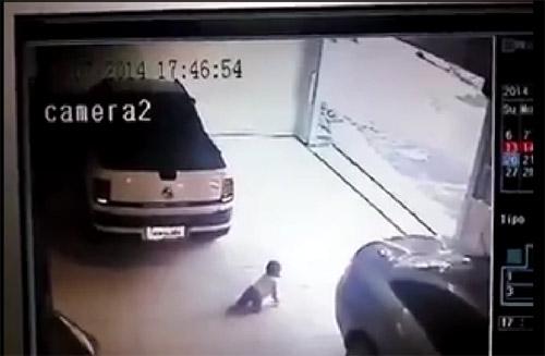 วินาทีไม่คาดคิด!! เมื่อเด็กทารกคลานเข้าไปอยู่ใต้ท้องรถ ในขณะที่รถถอย