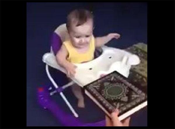 ทารกน้อยแสนน่ารัก เห็นอัลกุรอาน แล้วยิ้ม