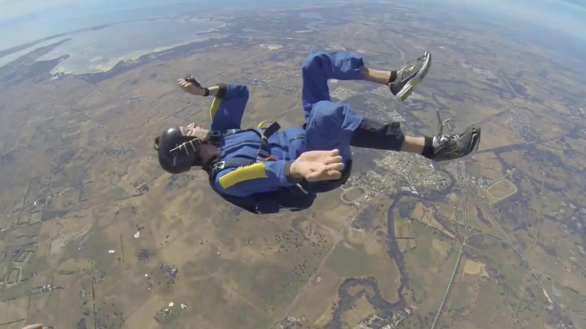 วินาทีชีวิต!! ชายหนุ่มช็อคกลางอากาศระหว่างกระโดดร่ม