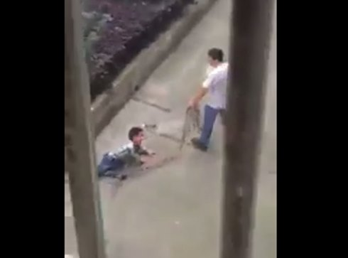 คลิปโหด! พ่อจีนใช้เชือกมัดขาลูกชาย ลากขึ้นรถอย่างทารุณ