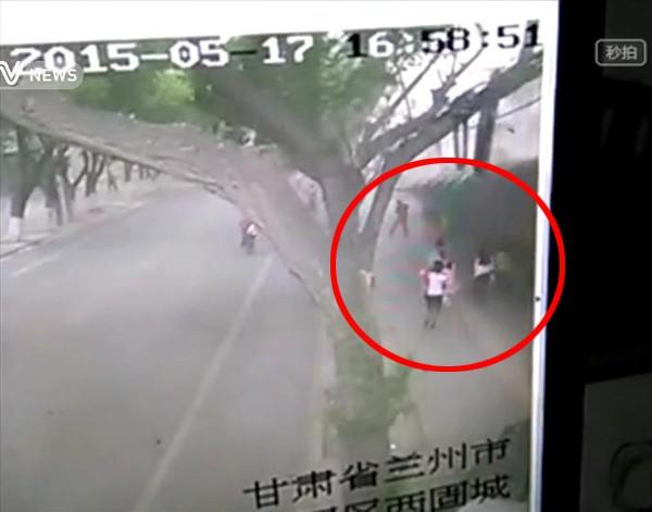 คลิปสุดระทึก! ลมพัดกำแพงเมืองจีน ทับคนเดินถนนดับ 2 เจ็บ 7