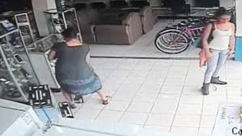 คลิปเด็ด สาวขโมยทีวีพลาสม่า ซ่อนใว้ใต้หว่างขา หายไปในพริบตา!