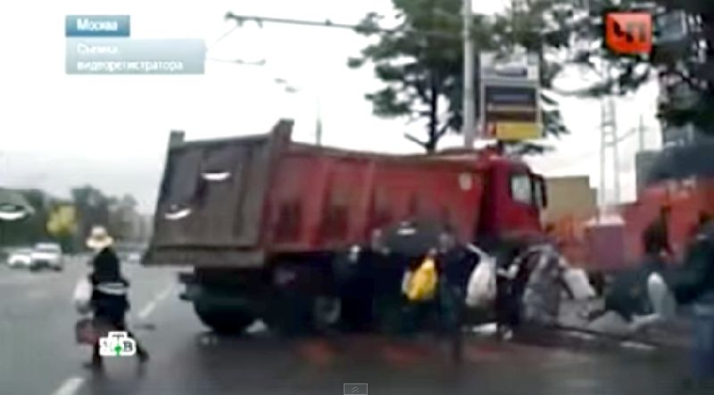 คลิปนาทีสยอง! รถบรรทุกเสียหลัก พุ่งชนฝูงคนที่รอข้ามถนน
