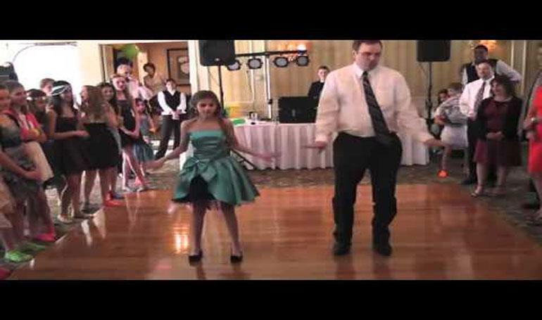 คลิปคุณพ่อลังเลที่จะเต้นรำกับลูกสาว แต่เมื่อเขายอมเต้น ทุกคนถึงกับตะลึง!