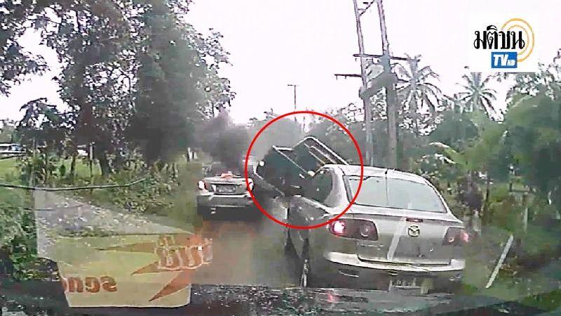 คลิปสุดระทึก! ไล่ล่าแก๊งค้ายาบ้า ซิ่งหนีแหกด่าน ชนยับรถตำรวจ-ชาวบ้าน