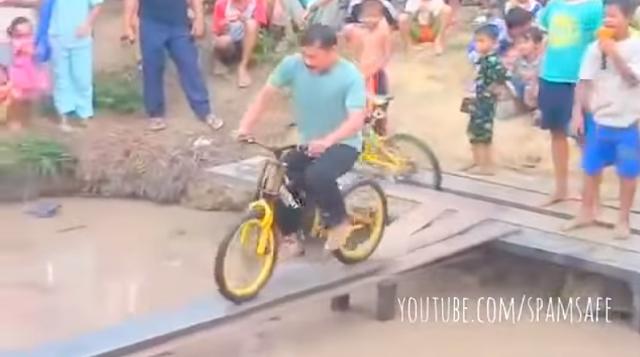 ฮาสุดใน3โลก! เกมปั่นจักรยานผ่านสะพานข้ามคลอง