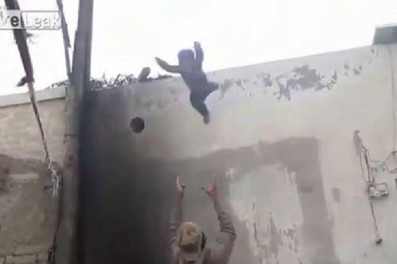 คลิปหวาดเสียว! พ่อให้ลูกชาย กระโดดจากหลังคาตึก ด้านชาวเน็ตด่ายับ