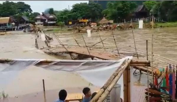 คลิปสะพานไม้ไผ่วังเวียงถูกซัดพังพินาศหายไปในลำน้ำซอง