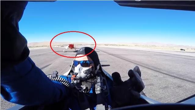 คลิประทึก! ปีกเครื่องบินพุ่งเฉียดหัวนักบิน รอดตายอย่างไม่น่าเชื่อ!