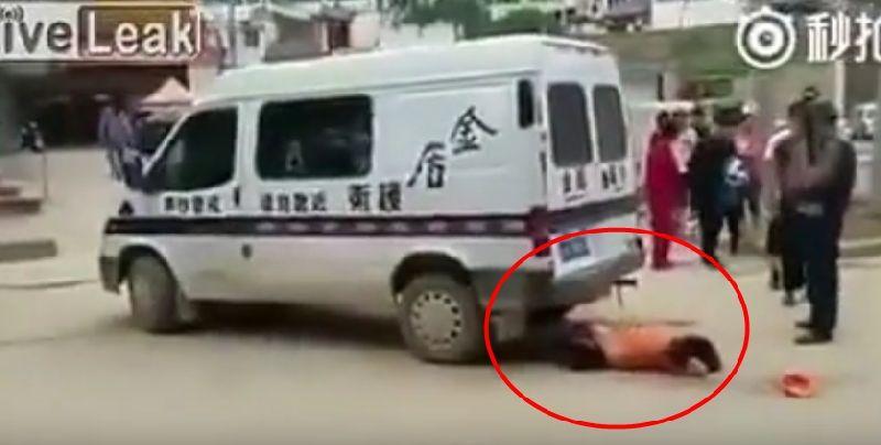 ดราม่าเมืองจีน!! รถขนเงินชนผู้หญิง แต่ห้ามใครเข้าใกล้รถจนกว่าจะเอาเงินไปเก็บจนเสร็จ