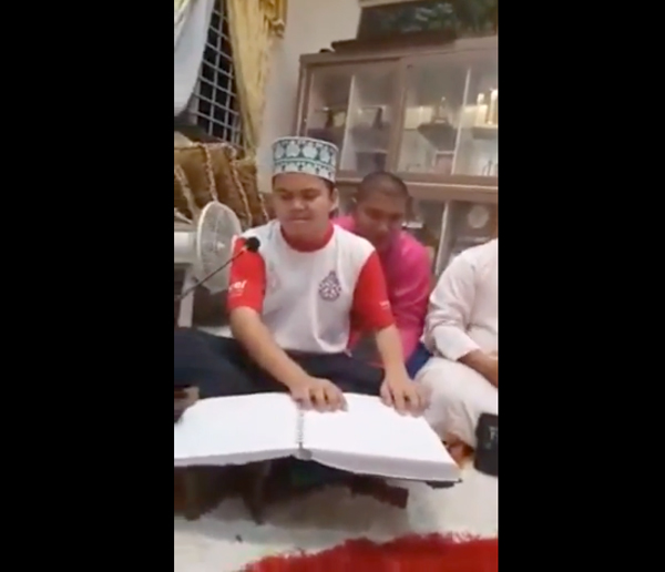 หนุ่มน้อยตาบอด อ่านกุรอานได้ไพเราะมาก (คลิป)